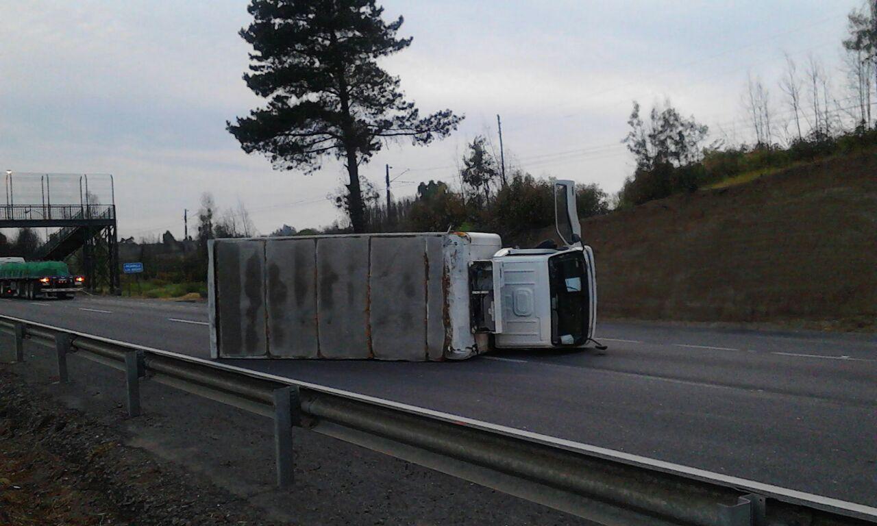 Camión 3/4 volcó esta mañana en ruta cinco sur al norte de Talca