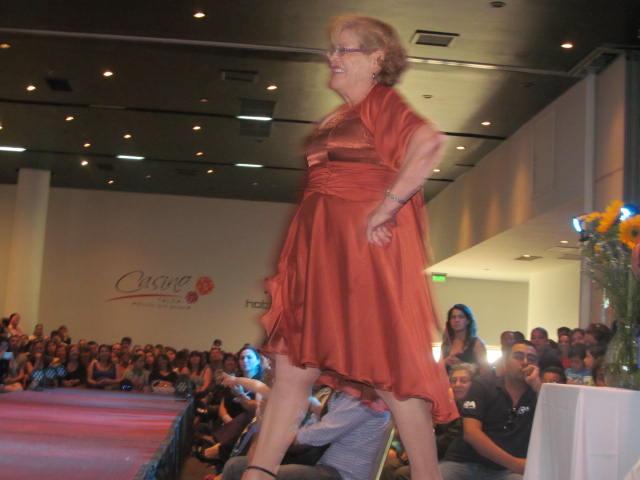 Hermoso desfile de moda para adultos mayores for Sala de adultos de moda