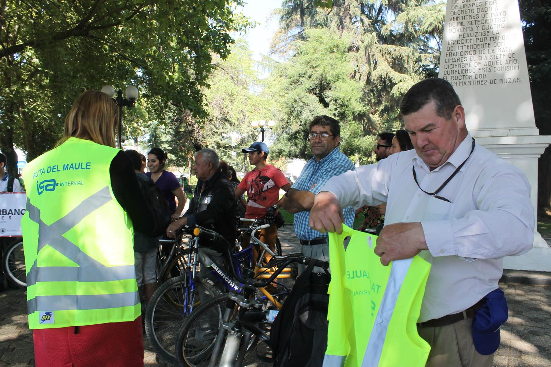 Autoridades entregan chalecos reflectantes a ciclistas urbanos de Linares