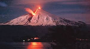 Volcán Villarrica entra en erupción y autoridades decretan Alerta Roja