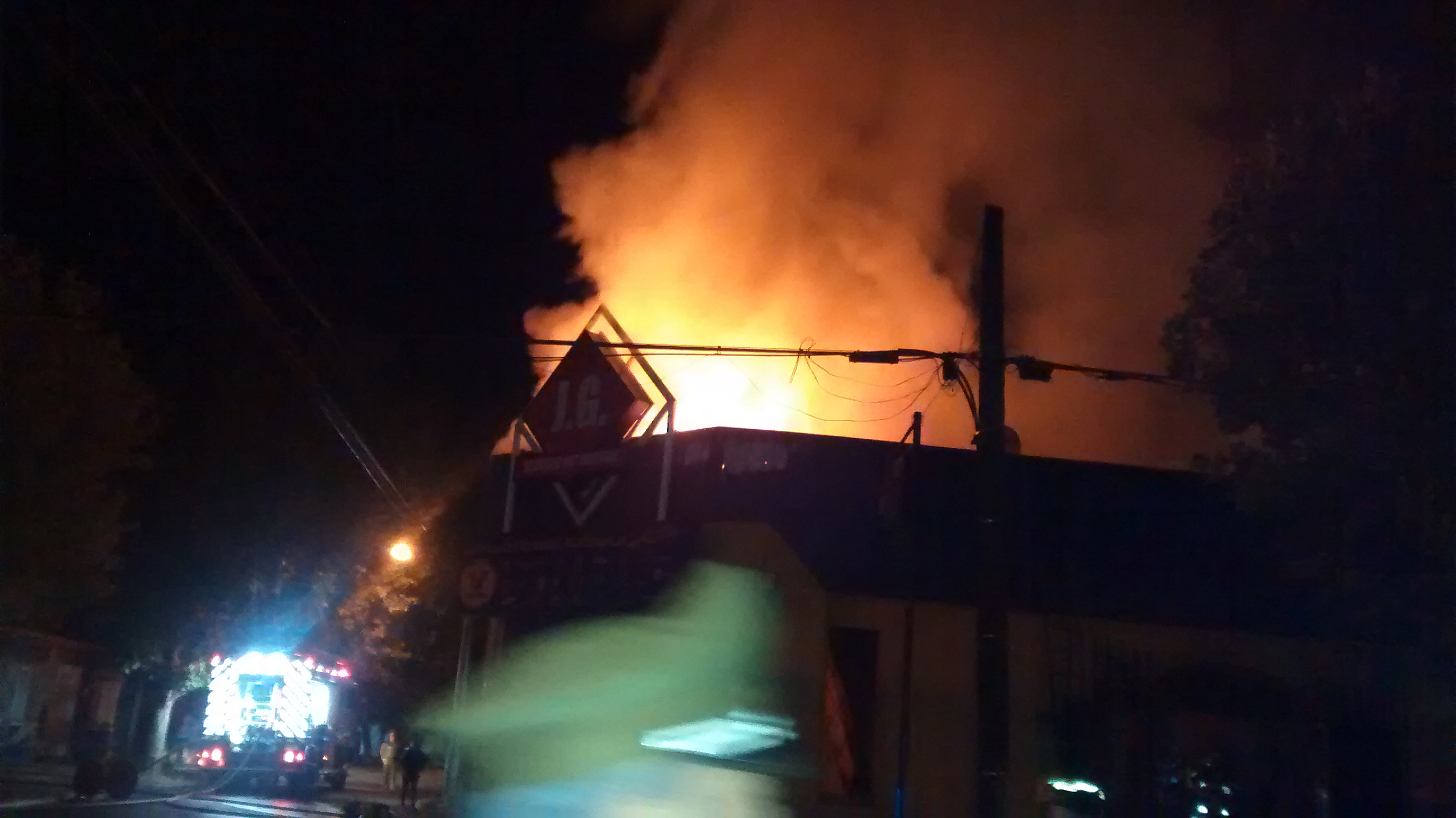 Incendio destruye cuatro locales comerciales esta mañana en Talca
