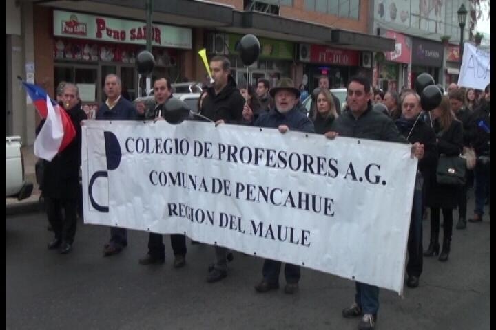 Profesores protestan por proyecto de Carrera Docente que se tramita en el parlamento