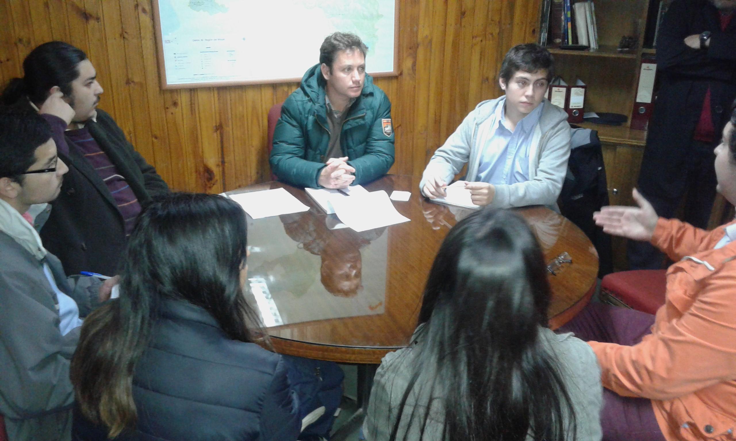 Diputado Pedro Pablo Álvarez-Salamanca se reúne con estudiantes universitarios de la región