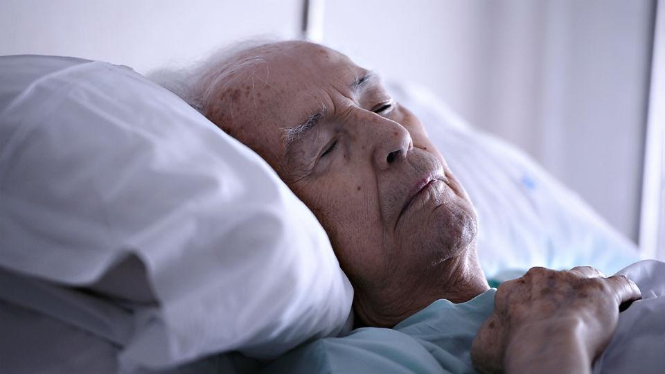 Nieto del año desconectó a su abuelo hospitalizado para cargar el celular