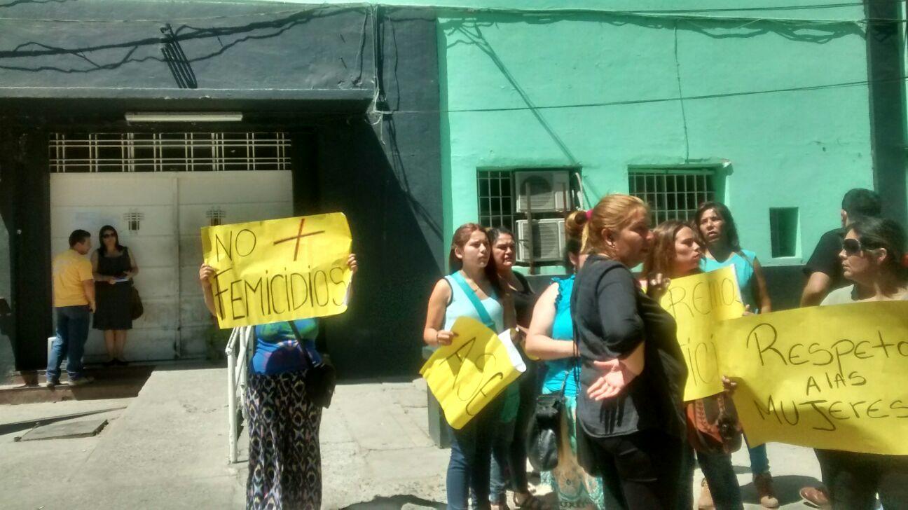 Con manifestaciones, familiares y vecinos de mujer asesinada a manos de su pareja en Talca, piden justicia