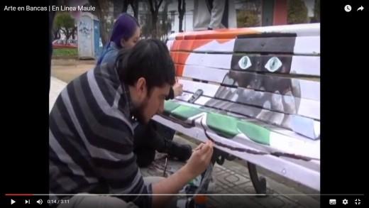 [Video] Jóvenes de la carrera de pedagogía en arte están dando colorido a bancas de la Alameda de Talca.