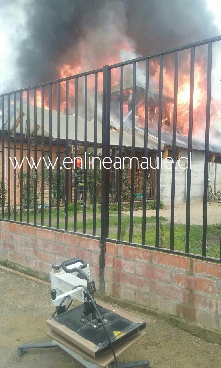 Vivienda de Carabinero en Maule, resulta destruida en voraz incendio