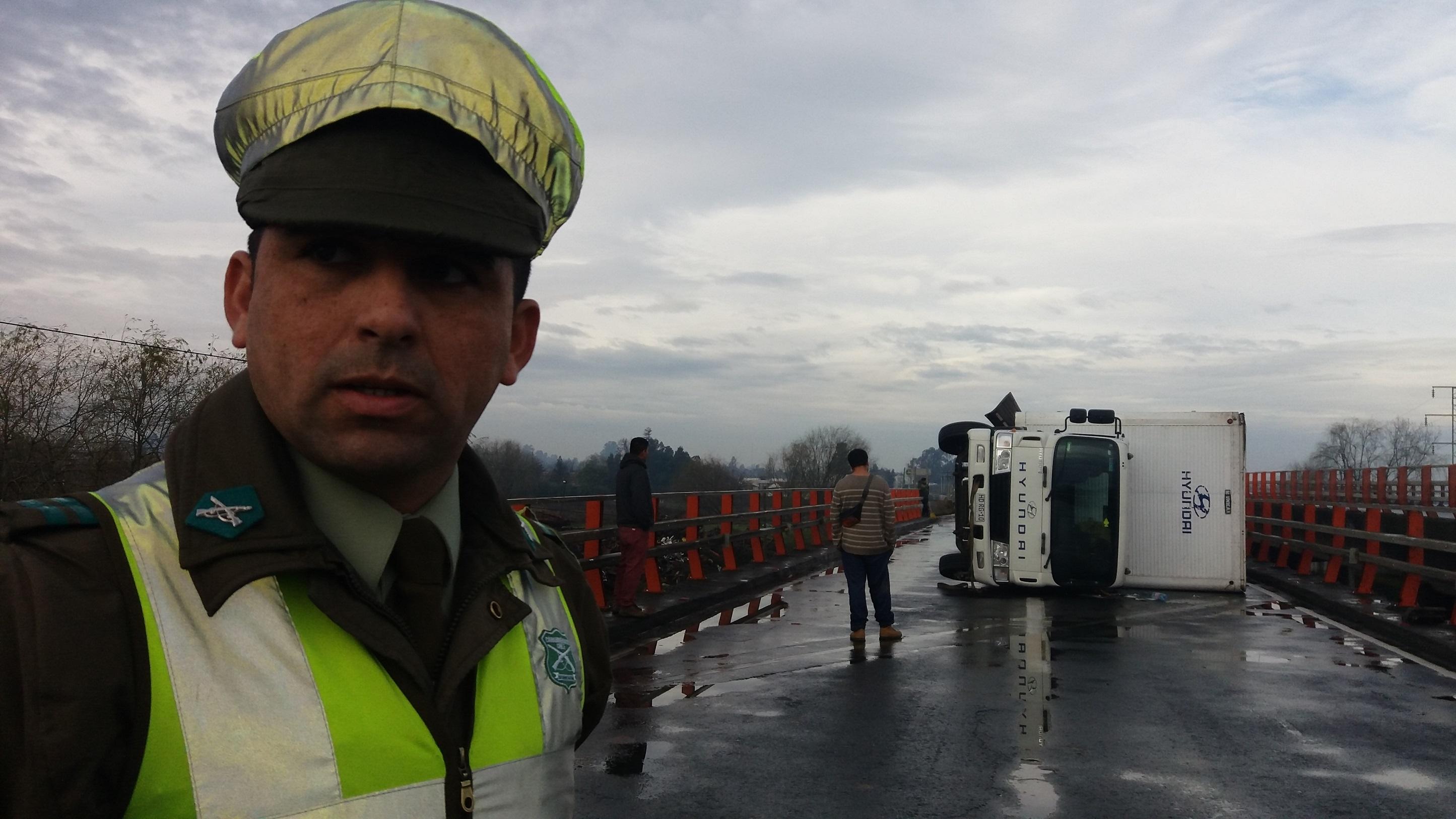 Nuevamente un camión vuelca en paso superior Lircay en ruta cinco frente a Talca