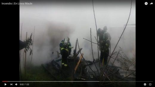 [Video] Incendio destruye bodega de madera con herramientas de viviendas en construcción, en villa Francia de Maule.