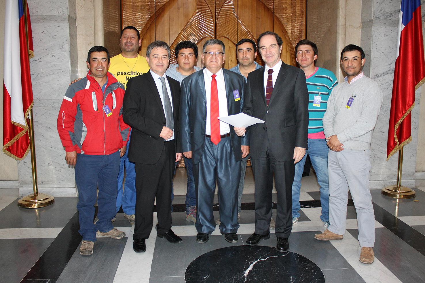 Pescadores artesanales de la región del Maule se reúnen con senadores Coloma y Larraín en busca de ayuda