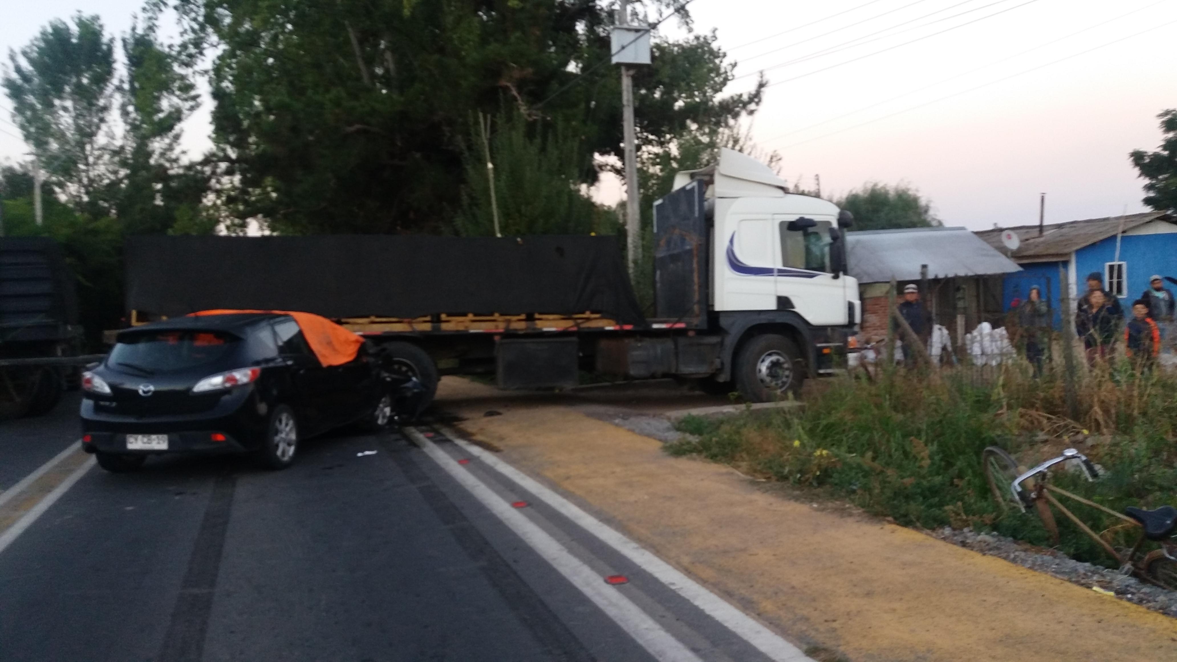 Maule: Dos muertos dejan accidentes de tránsito que involucraron a un camión y un quiosco