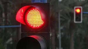 Rechazan idea de automóviles virar con luz roja