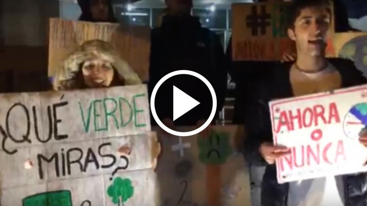 Jóvenes salen a la calle en Talca, para manifestarse en contra del cambio climático en el mundo.