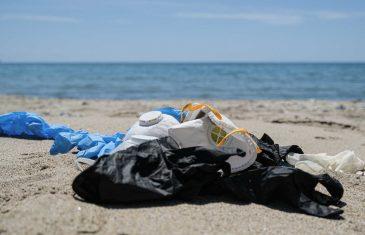 Mascarillas, guantes quirúrgicos y envases de alcohol gel: Las nuevas amenazas para el medio ambiente