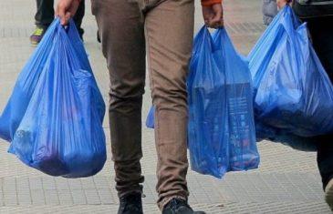 """Municipio de San Clemente difunde ley """"Chao bolsas plásticas"""" en el comercio de la comuna"""