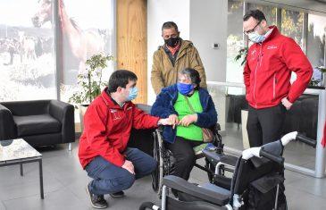 Intendente Prieto entregó silla de rueda eléctrica a adulta mayor de Pencahue