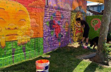 Jóvenes realizan galería artística al aire libre con proyecto de INJUV